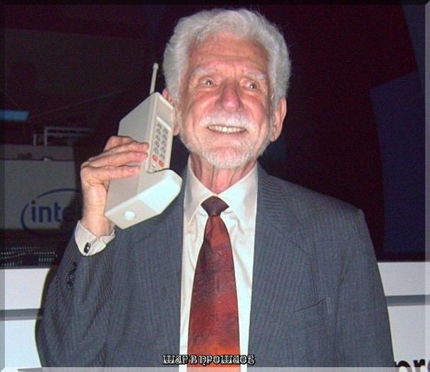 Первый звонок с мобильного телефона Это фото именно того момента, когда был осуществлен звонок.3 апреля 1973 года сотрудник Motorola Мартин Купер использовал первый в мире портативный сотовый