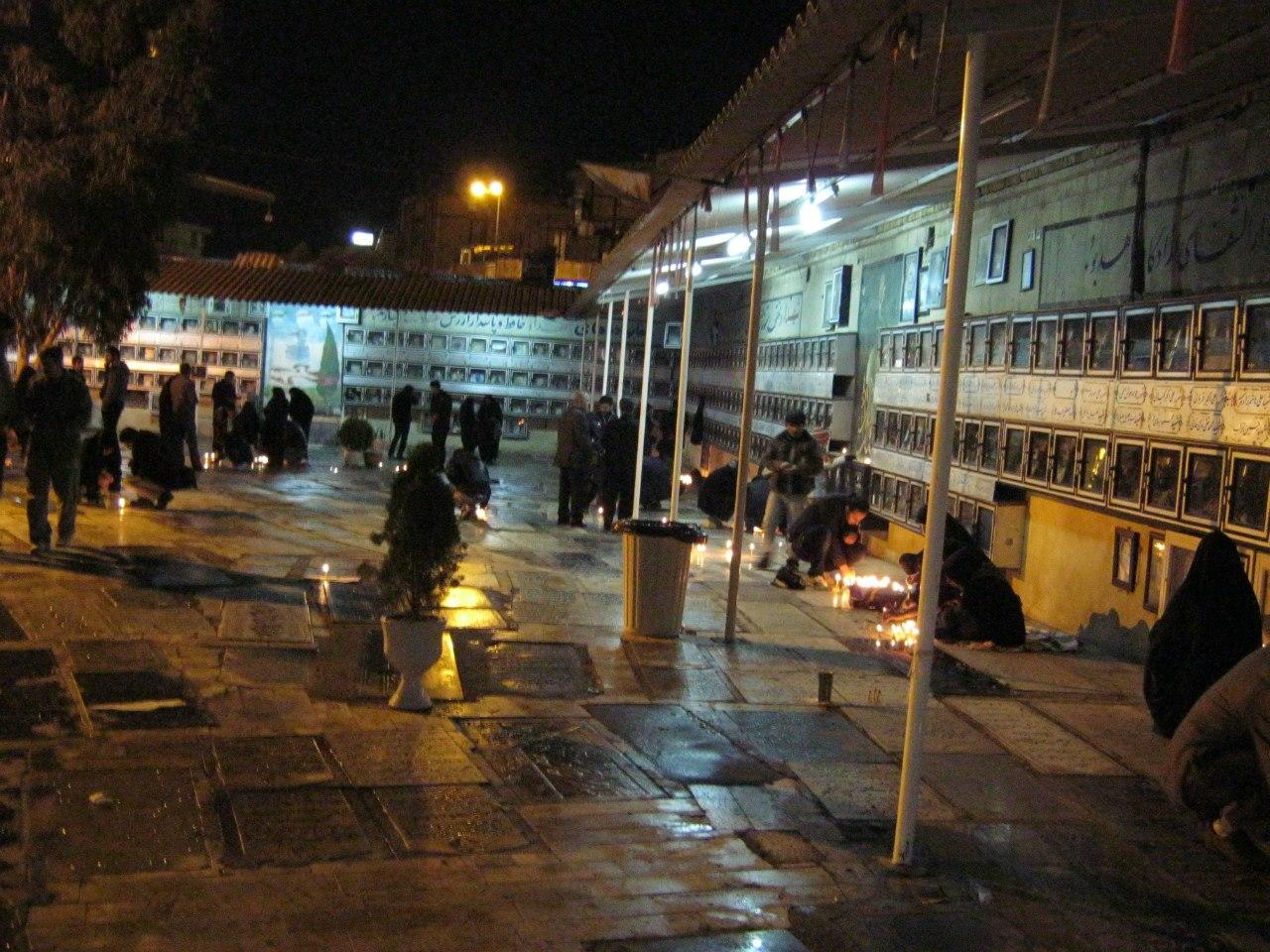 народ жжёт свечи в память об Али Хуссейне