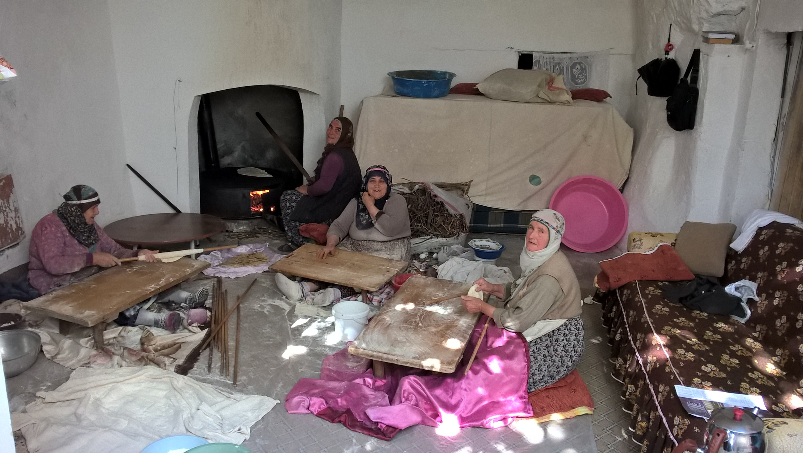 турецкие бабульки пекут лаваш