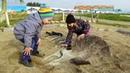 Дарина и Макар пробуют откопать динозавра 🤣 в парке динозавров влог Стризнево Yes