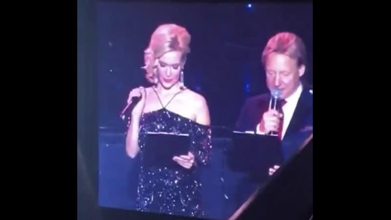 Телеведущая Дарина Шарова в платье Aidan Mattox