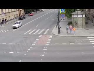 Ferrari проскакивал на мигающий зелёный