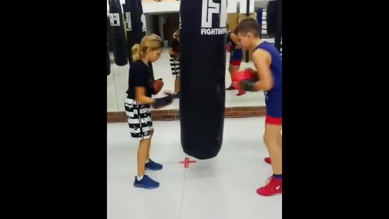 Брат и сестра на тренировке по боксу