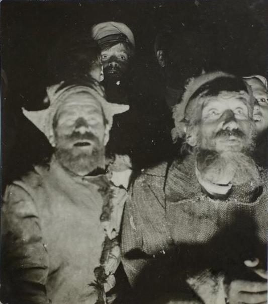 Простые люди в первый раз смотрят кино. 1924г.