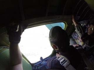 Уговорил отца прыгнуть с парашютом. Отделяется вторым.