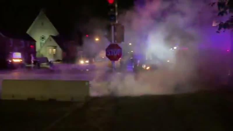 В Кеноше Висконсин идет настоящая война со множеством выстрелов Люди вышли с оружием защищать свои дома от мародеров