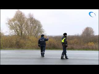 В Великом Новгороде сотрудники ГИБДД проверяют техническое состояние автомобилей на дорогах