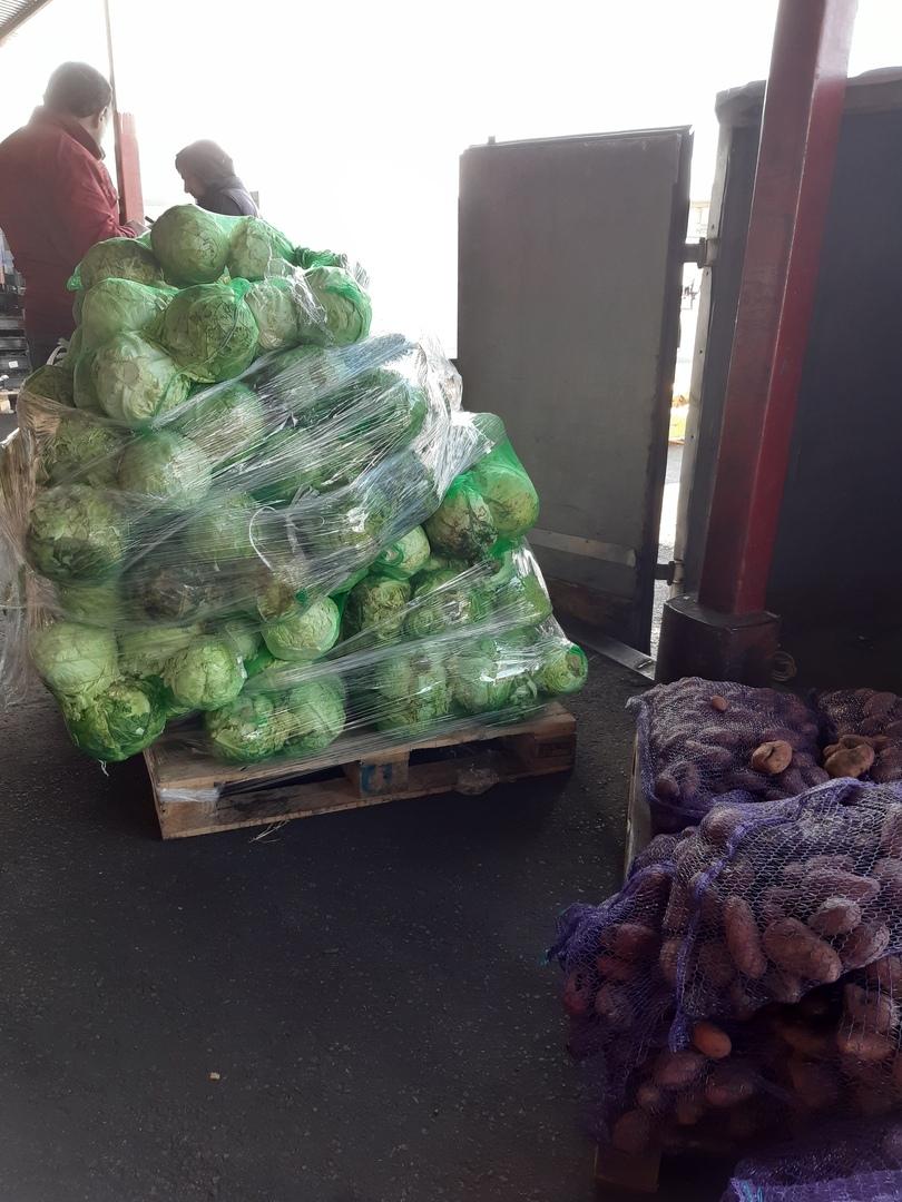 Жители нашего прекрасного города получили овощные наборы из картофеля, редиса, молодой капусты и авокадо, сформированные сестрами из сестричества при нашем храме и многодетными мамочками.
