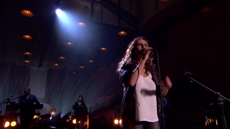 Sharon doet het podium daveren met haar versie van Turn Your Love Around Liefde Voor Muziek