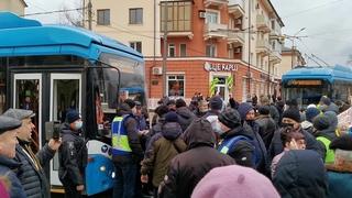 Мариуполь. Перекрытие транспорта в центре. Массовый протест против высоких цен на коммуналку!