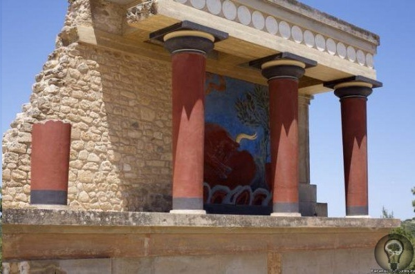 Загадка Кносского дворца В конце третьего тысячелетия, примерно в XX веке до н.э., на средиземноморском острове Крит внезапно расцвела удивительная цивилизация, следы которой были явлены лишь на
