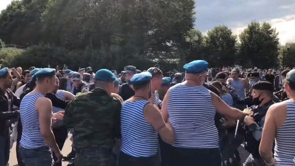 Основатель движения «Лев Против» Михаил Лазутин отправился в парк на день ВДВ, чтобы призвать граждан соблюдать порядок Все закончилось массовой потасовкой и прибывшие полицейские вывели