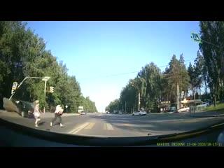 Ауди влетел в семью с ребёнком на пешеходном переходе. Воронеж,
