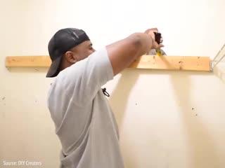 Парень сделал для родителей ремонт в гардеробной комнате -