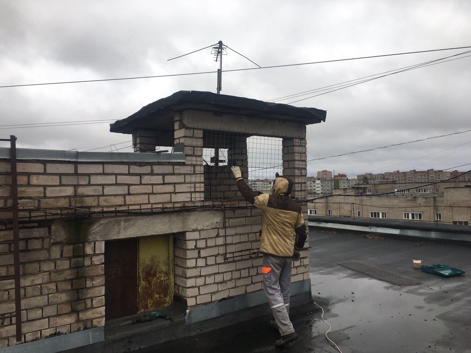 Упита 8 закрыли вентиляционные шахты кладочной сеткой