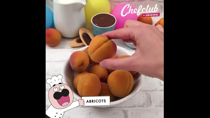 Gâteau abricots à la plage maillots de bains et gourmandise