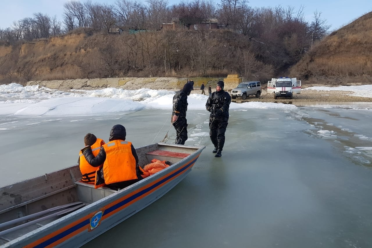 Под Таганрогом в Красном Десанте спасатели спасли детей, оказавшихся на льдине в двухстах метрах от берега
