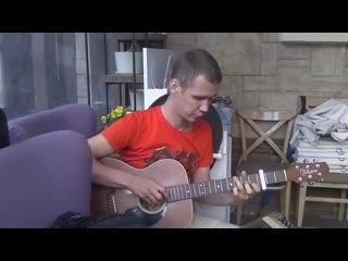 Илья Иванов играет на гитаре Queen - Bohemian Rhapsody в летнем кафе Pinot Grigio Вино и Море на улице Трёхсвятской.