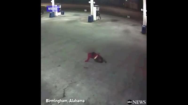 Видео наблюдения запечатлело женщину выпрыгивающую из багажника автомобиля после предполагаемого похищения в Бирмингеме Алабама