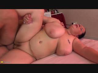 Пухлая bbw мама жадно сосет и скачет на члене сына | инцест pantyhose chubby hard mature milf incest big tits granny ssbbw mom