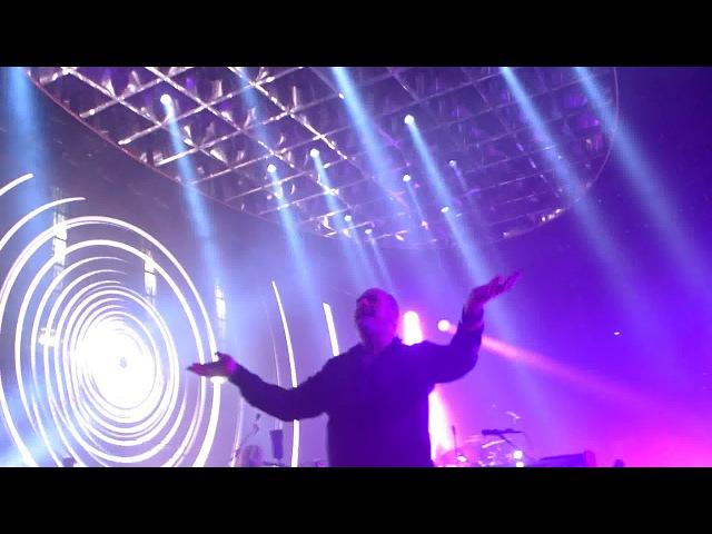 Queen Adam Lambert - Don't Stop Me Now - On Stage - Wembley SSE Arena - 15. Dez 2017 London