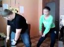 парень с девушкой в офисе классно танцует на перерыве