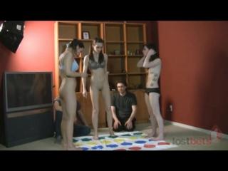 CMNF, игра на раздевание  три девушки играют в Бендер на раздевание перед двумя одетыми парнями