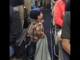 Паренёк прощается со всеми в самолёте