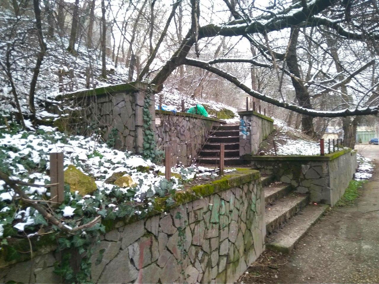 Руины благоустройства над улицей Воровского показывают, что склон устойчив к оползням. Но не устойчив к вандализму и низкой культуре