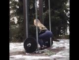 Красивая девочка тренируется