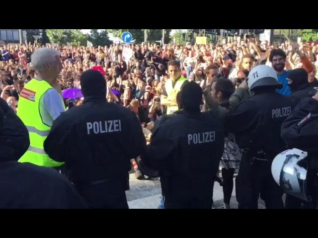 G20 Polizisten nehmen Helme ab und werden bejubelt