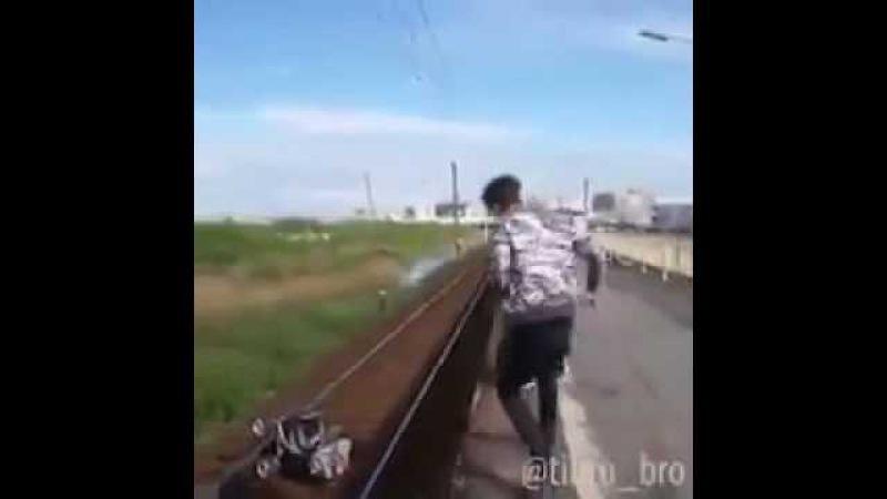 Парень спас младенца чудом избежав смерти