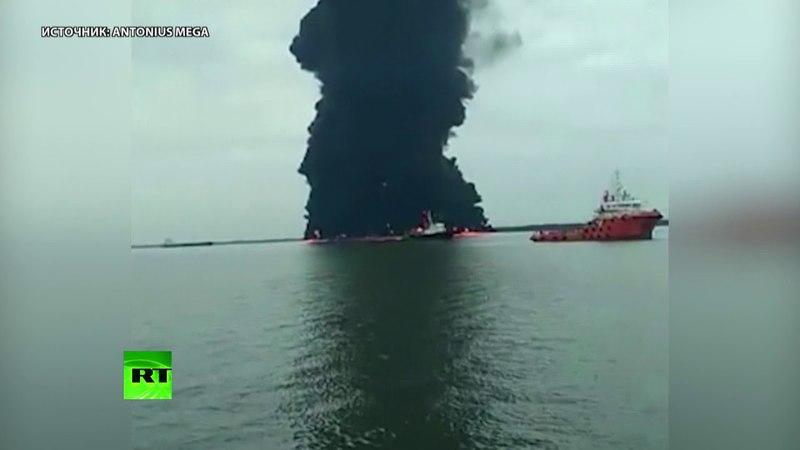 В Макасарском проливе третьи сутки горит нефтяное пятно