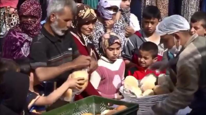 Mehmetçik tarafından Afrin bölgesinde işletilen seyyar fırınlar hizmete devam ediyor. Halka günde 15 bin kadar ekmek dağıtılıyor