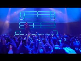 Дрейк исполняет 'God's Plan' на концерте Majid Jordan