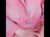? Наш невероятный костюм с узкими брюками и двубортным жакетом в розово-голубую клетку - это must have любой модницы этой весной