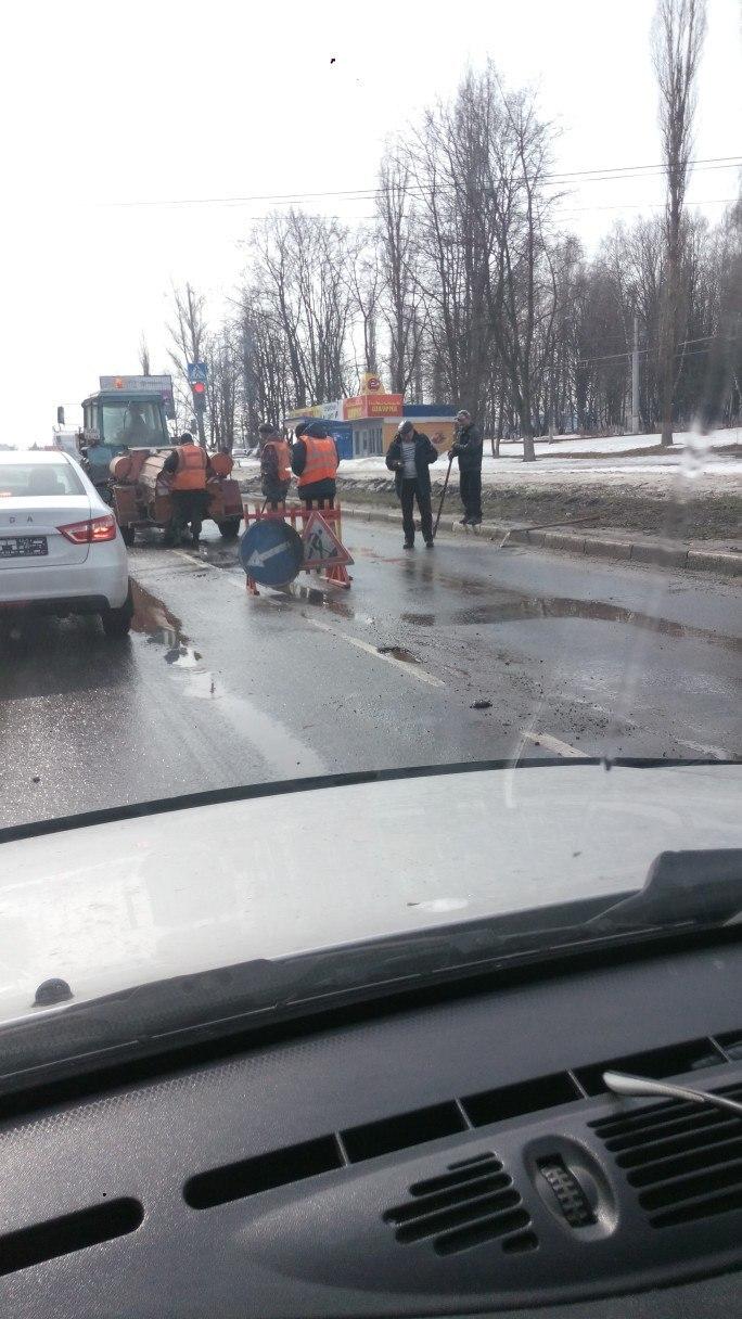 В Курске начали латать дорогу на улице 50 лет Октября