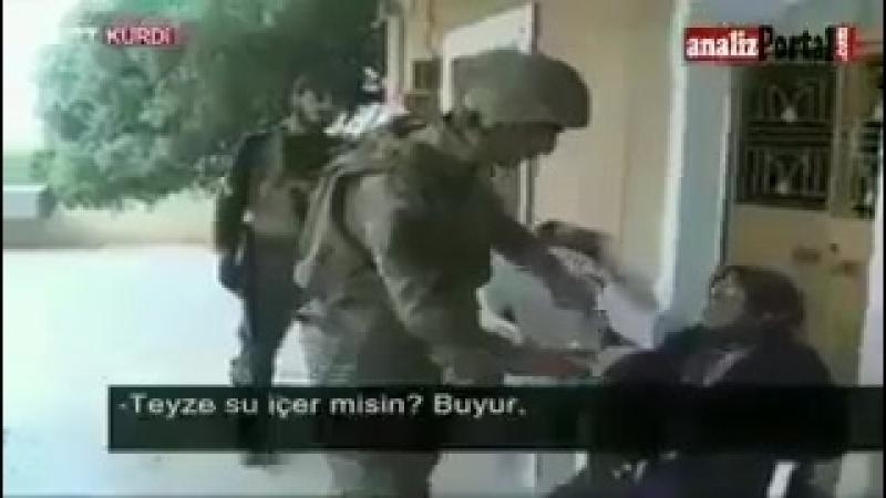 Курдский солдат турецкой армии общаясь с пожилой курдянкой в Африне на курдском языке