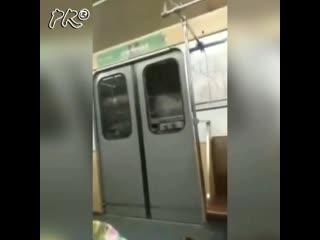 Неадекватный пассажир разбил стекло при попытке выбить дверь в вагоне метро