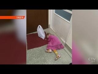 Почему 3-летняя девочка спала под дверью квартиры в Скиделе? Что говорят родители, соседи и милиция