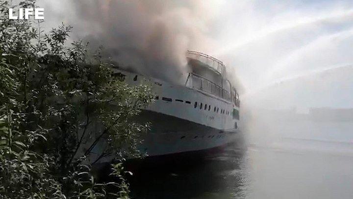 Пассажирский теплоход полыхает под Нижним Новгородом