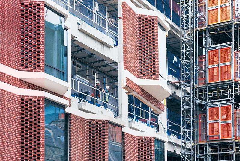 Унифицированный кирпичный фасад с эркерами для колледжа UCLH