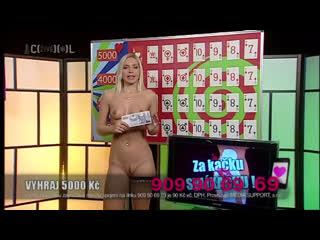 Горячая телеведущая раздевается догола на чешской телевикторине