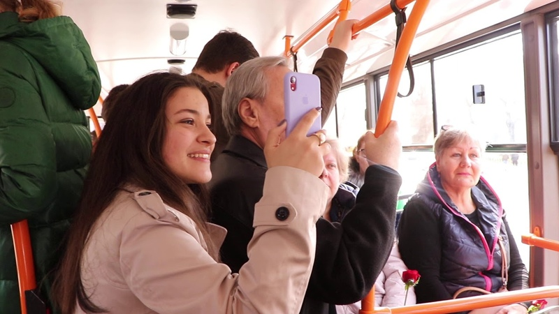 8 марта одесситок поздравляют в троллейбусе