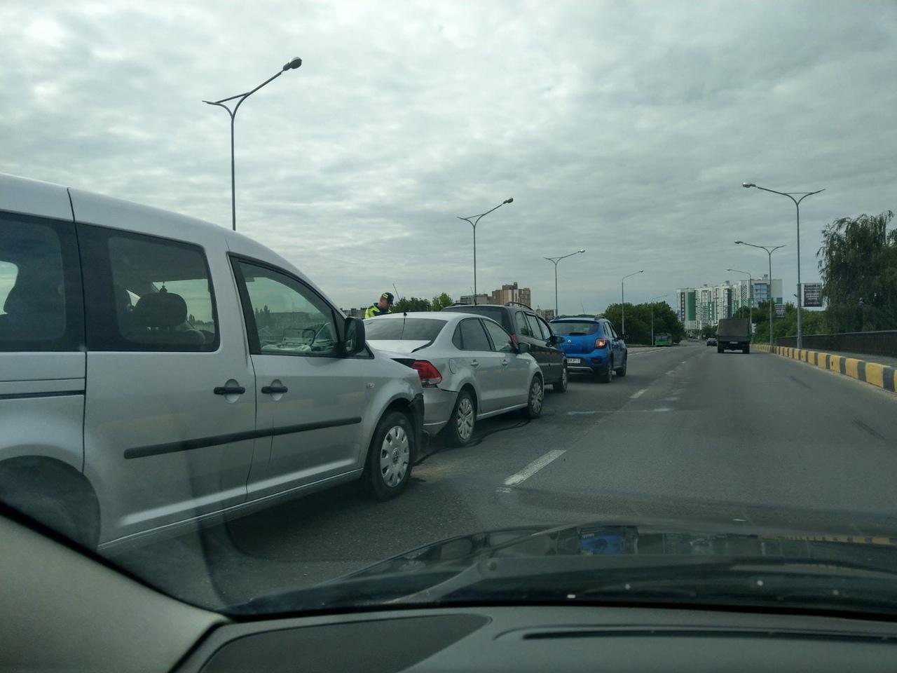 Четыре автомобиля столкнулись в Бресте на путепроводе. Один человек госпитализирован
