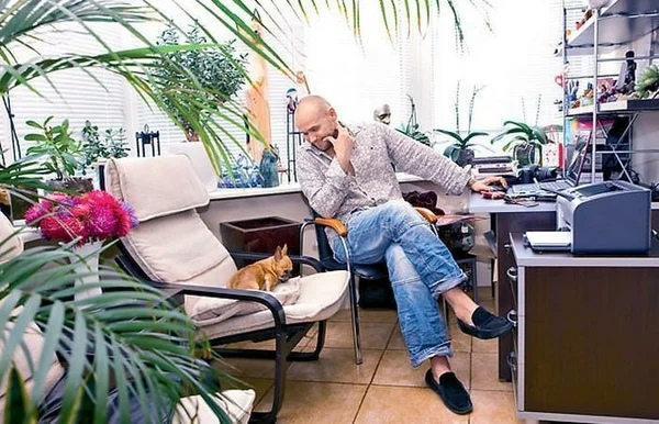 Максим Аверин живет в просторной квартире в центре Москвы за 15 миллионов рублей