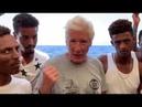 Richard Gere bringt Migranten an Bord von Hilfsschiff Essen