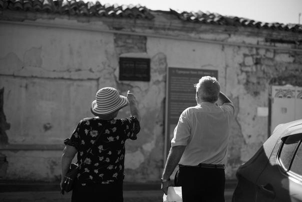 Анна Чеснокова: ранние туристы возле турецкой бани 15 века. Умеют все-таки в Крыму следить за культурным и историческим наследием. Прям не стыдно за город, ага