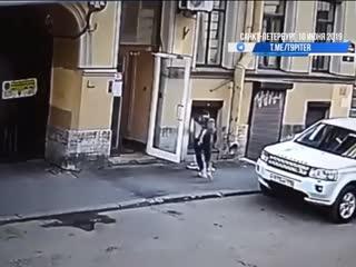 Двухлетняя девочка выпала из окна 18+