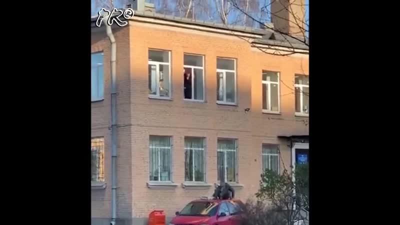 Фееричный побег со второго этажа ОВД с чугунным радиатором